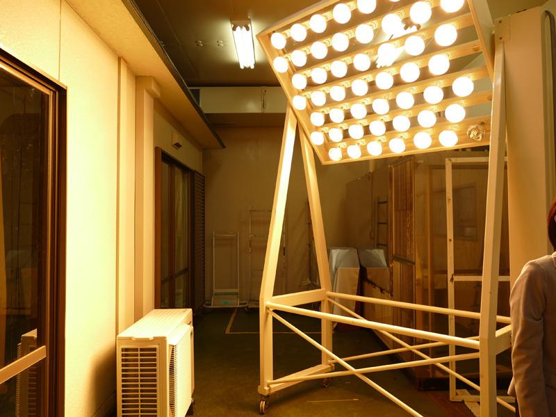 太陽光の熱をシミュレーションに加え、気温と湿度も制御できる部屋。この中に家を建て、室内の温度を測定しながら、センサーの状態やエアコンの性能をテストしていた