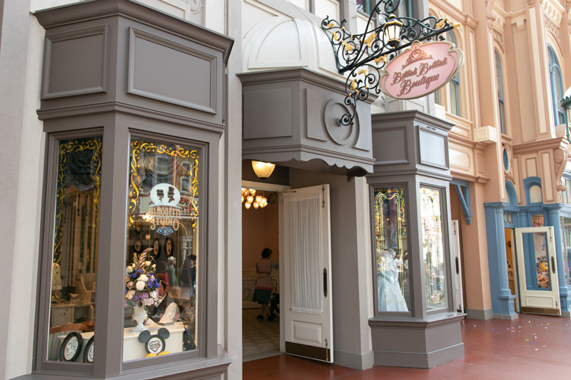 予約したのはワールドバザールの店舗。シンデレラの服が飾られている