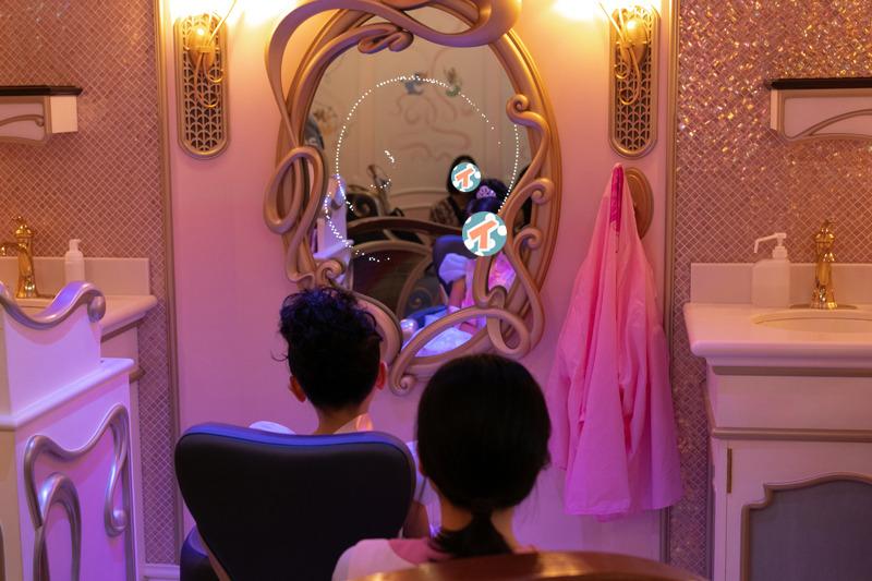 キャストの「ビビディ・バビディ・ブ〜〜〜」という掛け声とともにキラキラと魔法がかかったように光る鏡