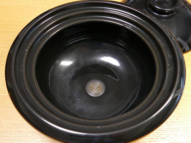 熱を蓄え、穏やかに伝える肉厚成型仕上げ。保温性にも優れる土鍋だ