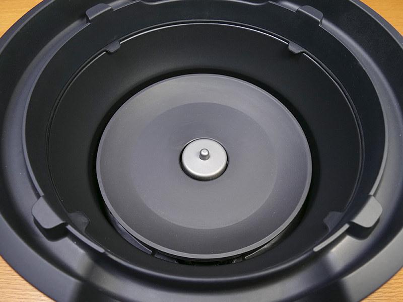 熱源にはシーズヒーターが採用されている。中央に温度センサーがある