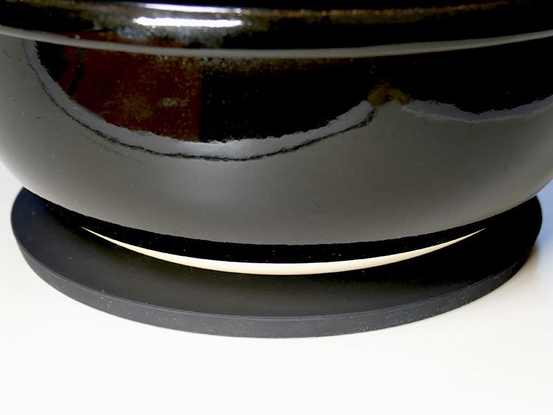 専用の鍋しきはシリコン素材。滑りにくく安定しておける