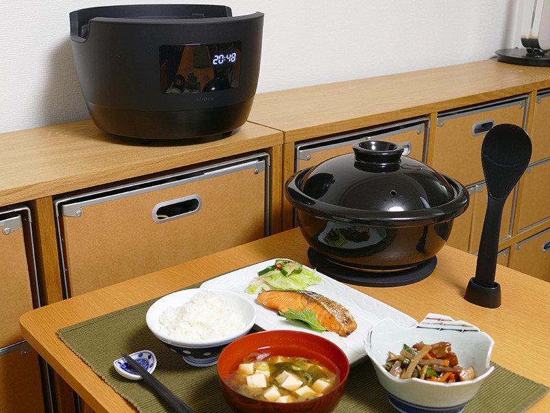 土鍋はお櫃のようにテーブルの上に置いても感じが良い。毎日の食事を一層美味しく楽しく味わいたい