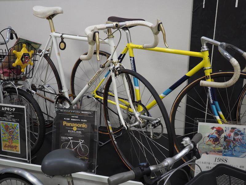 写真奥が橋本 聖子選手のソウルオリンピック特注車。手前は1988年に発売されたPOS 1周年記念モデル「PC-1200」(120,000円)