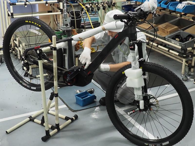 電動アシストMTB「XM2」の組み立て工程