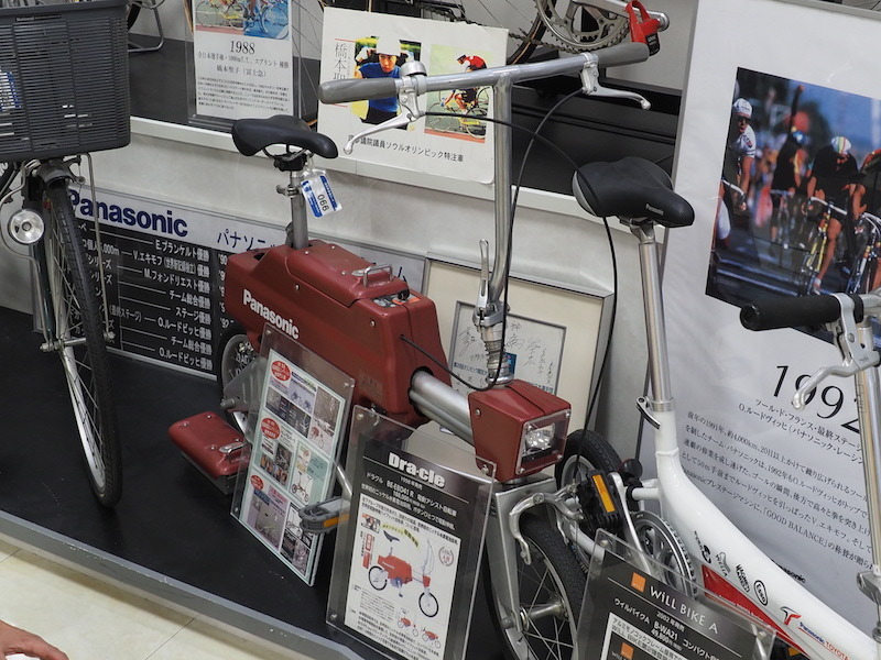 世界初のニッケル水素電池を採用した電動アシスト自転車「ドラクル BE-EBD41 R(188,000円)。スイッチを切り替えると、電動で車体が伸縮する
