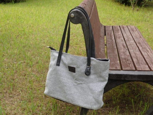 トートバッグに取り付けてみました。この製品、安価ですが見た目はけっこういいんです