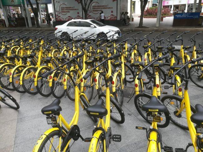 こんな感じに歩道にいくらでもレンタル自転車が置いてあります。ちなみに料金は「mobike」がデポジット299元、使用料1元/30分、「ofo」がデポジット99元、使用料0.04元/1km。写真の黄色い自転車はofo