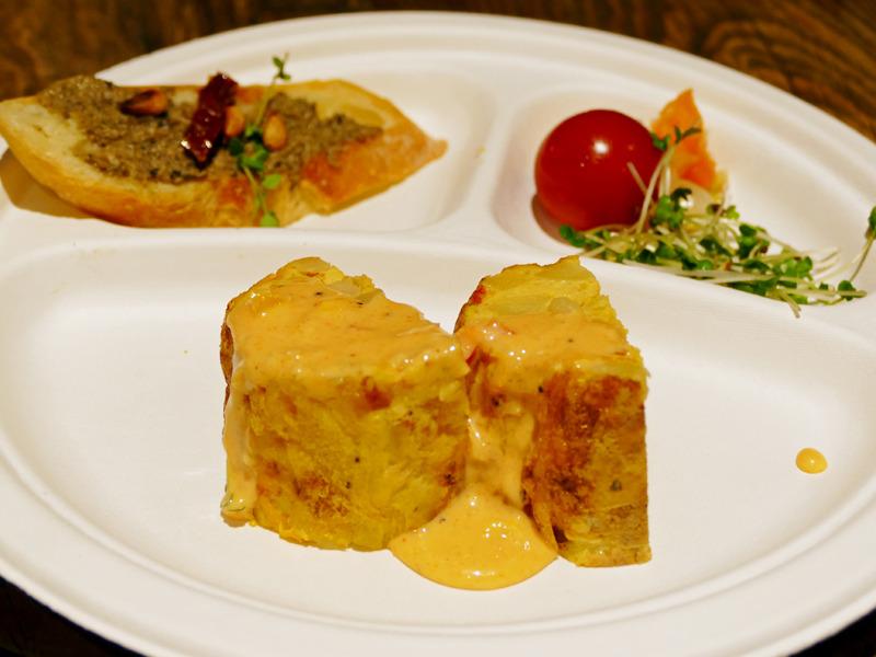 完成したスパニッシュ(手前)、タルティーヌを塗ったパン(左奥)