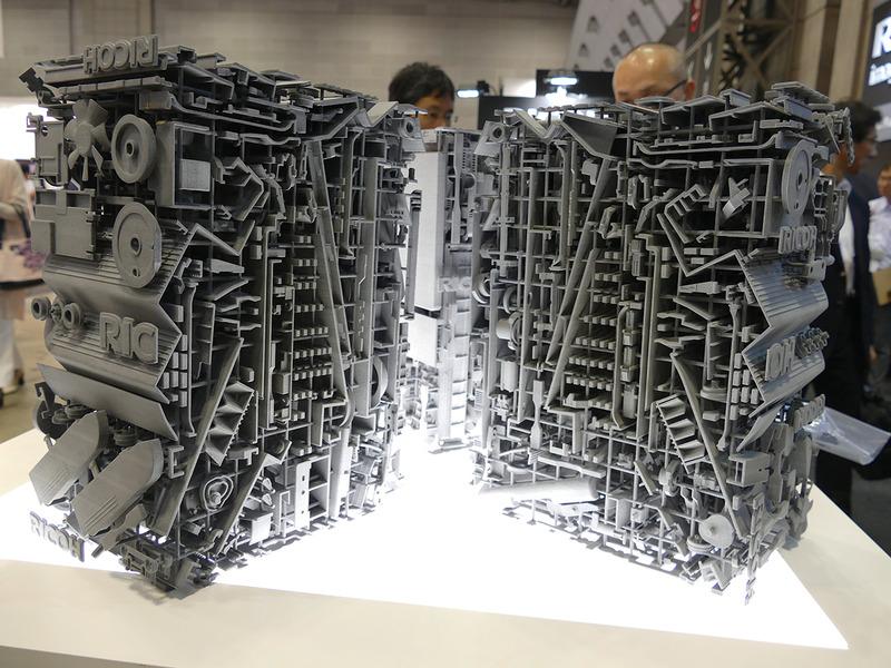 これだけの複雑な金属の形状でも1つ約15時間で出力可能。冷却に約40~50時間かかるそう
