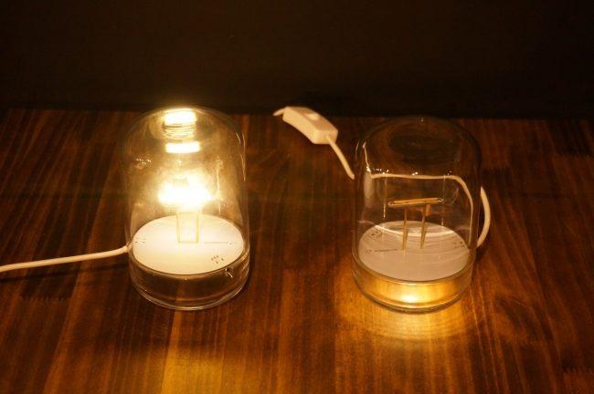 スイッチを入れると上のLEDが点灯し(左)、相手のwesignは下のLEDが光る(右)