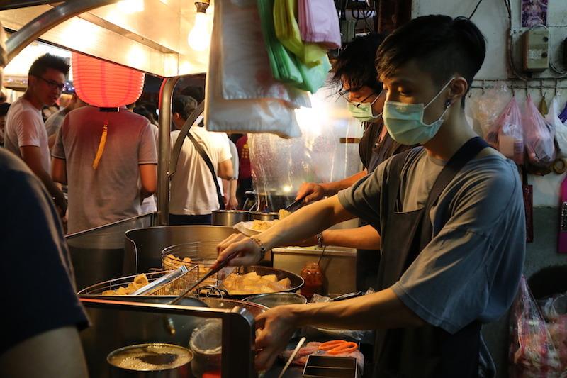 台湾の夜市における人気メニュー臭豆腐。作ってる人もマスクするぐらいの強烈さ!