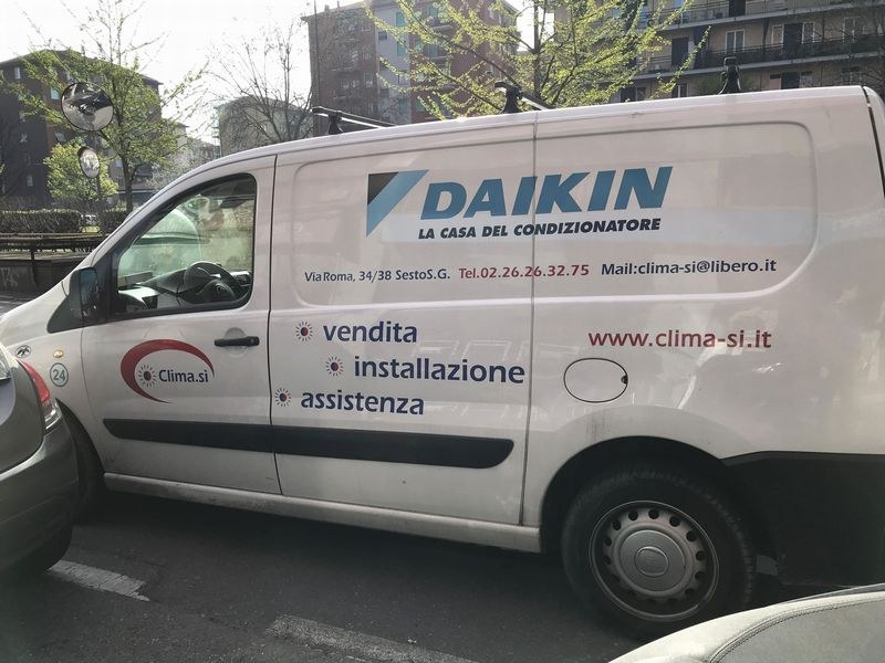 ミラノの街中で見かけたダイキンのサービスカー