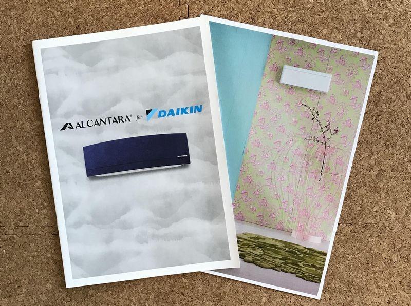 アルカンターラのテキスタイルを採用したEMURAのカタログ(左)と、ホワイトのリソラ(イタリアでの販売名はstylish)の広告展開用の展示アイデア。シンプルなホワイトのリソラが、イタリアらしい壁紙の部屋にとてもおしゃれに設置されている