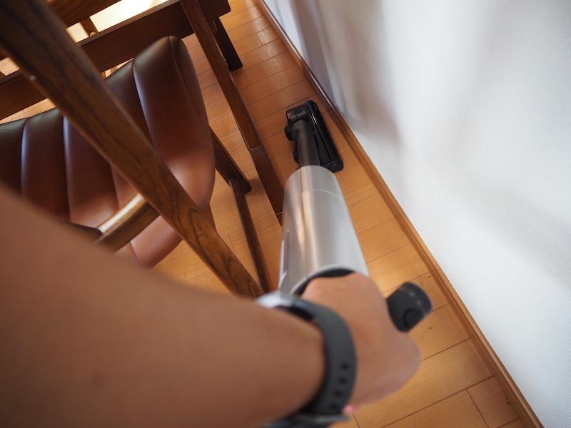 ハンドルをひねれば、パワーヘッドが90度回転。すき間ノズルに取り替えることなく狭い場所を掃除できる