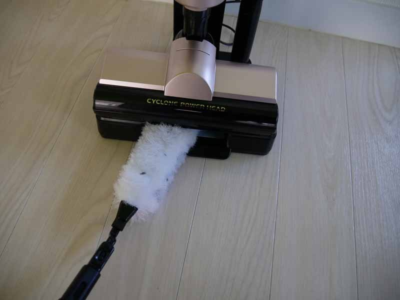 使ったモップは、充電台でホコリを取ることができる