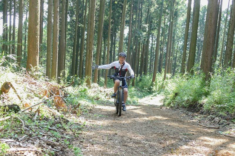 写真だとなかなか勾配が伝わりにくいんですが、結構急な上り坂があちこちに。でもご覧のとおり片手を離せるぐらい余裕で登れてしまいます♪ さすがe-bike!!