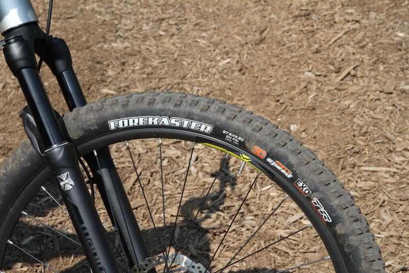 タイヤは27.5×2.20とMTBとしては標準的な太さ