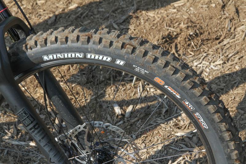 タイヤは27.5×2.80。太い上にゴツゴツのブロックタイヤ。その分グリップ感はスゴい!!