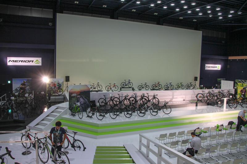 回り込んで先に進むと、何コレ! すごい広いホールに自転車がたくさん!! これでもまだ一部なんだとか