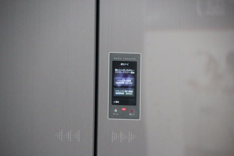 冷蔵庫本体がメニュー提案。「ヘルシオ」で調理を選択すると、メニューがヘルシオにダウンロードされる