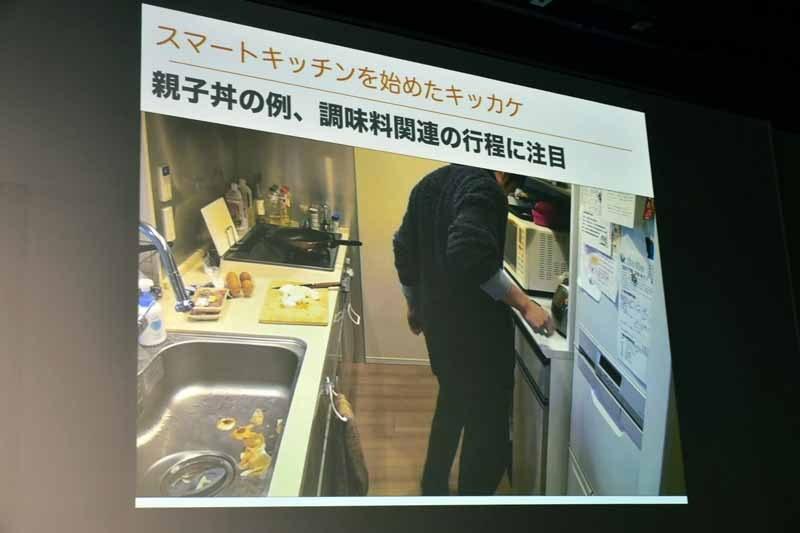金子氏が親子丼を作っている様子。何度も工程や分量を忘れてレシピを見直している様子がハッキリと写されていた