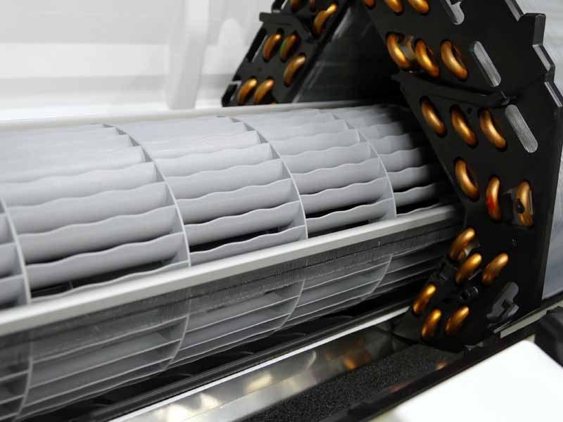 ファンの脇に設置されたブラシ。ファンを取り囲むのが、熱交換器のカットモデル