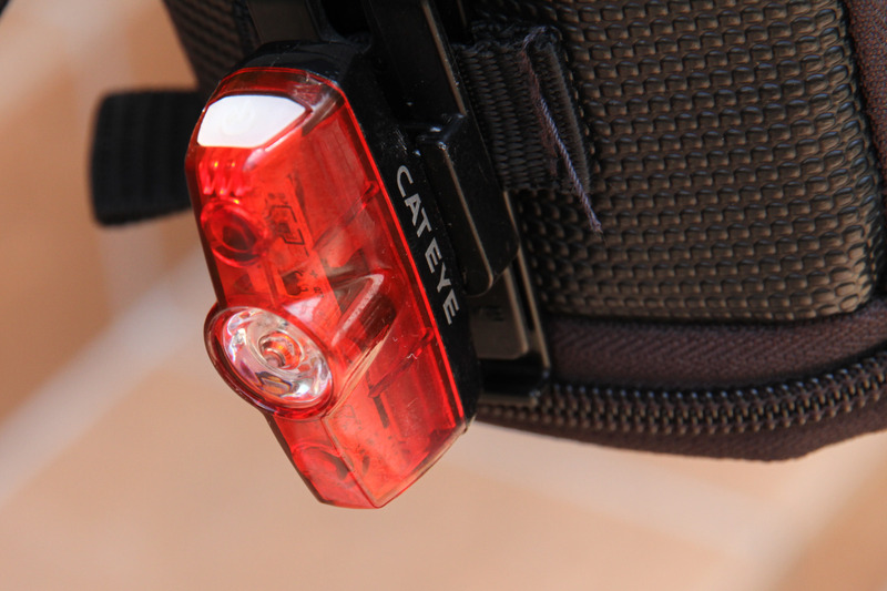 尾灯は赤。後方100mから確認できる明るさが必要です