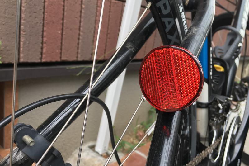 車体後方やペダルに赤か橙のリフレクターがついていれば尾灯はなくても大丈夫です