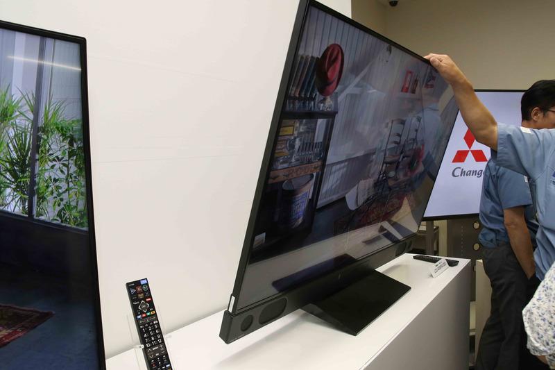 これ58インチのテレビ……。こんなに傾けても台には歪みひとつないのが分かる。さらに! ここから手を離しても、しっかり立っていた!