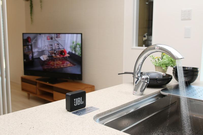 台所で水を使っていると聞こえなくなってしまうテレビの音は、手元のモバイルスピーカーにBluetoothで飛ばせる