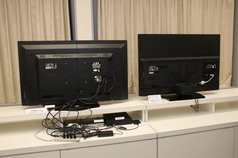 レコーダーやらチューナーをつなげると、電線がとぐろを巻く例が写真左。RA1000シリーズは写真右。配線2本ですっきり!