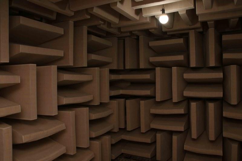 さすが音屋の三菱! 無響室で音質やテレビそのものの動作音などもチェックするという。音がまったくせず反響もないので、頭がクラクラしてくるほど静か