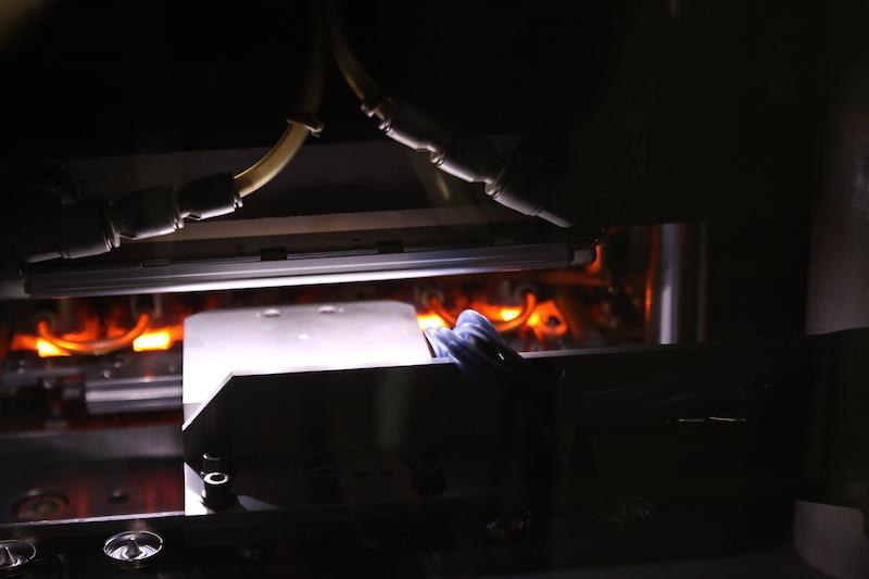 真っ赤になっているのが外刃。温度と時間、プレス圧力を微妙に管理することで、平面度や強度などが決まるので、とても重要な工程だ