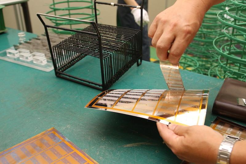 剥離剤が塗られているので、ニッケルの薄い板がペリペリと剥がれる