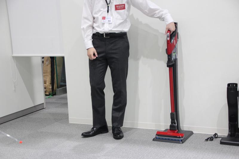 スティック状態で充電でき、床掃除もサッとできる