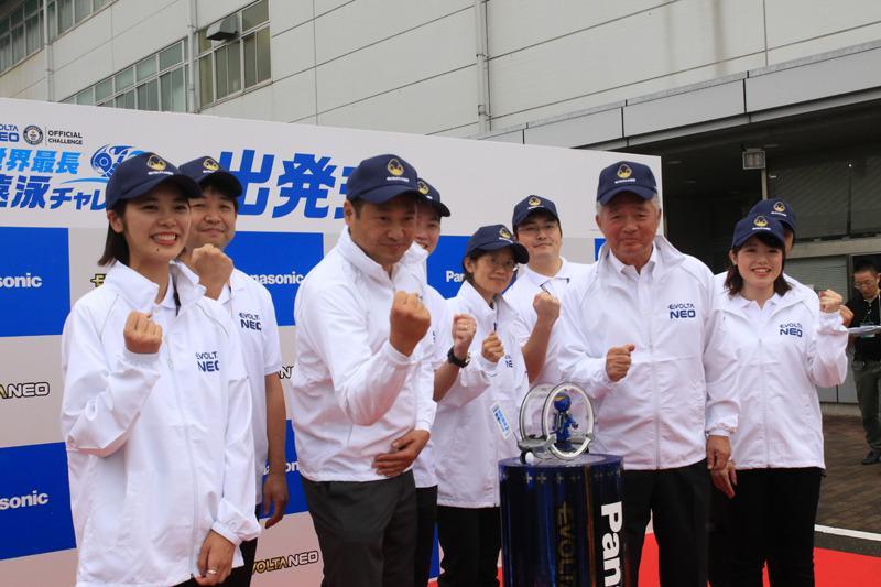 2018年9月25日には、エボルタNEOが生産される大阪・守口工場で出発式を開催。エボルタNEOくんは、ここからスタート地点まで、大阪~広島の400kmに渡る「エボルタNEO 世界最長遠泳チャレンジへの旅」にも挑戦する