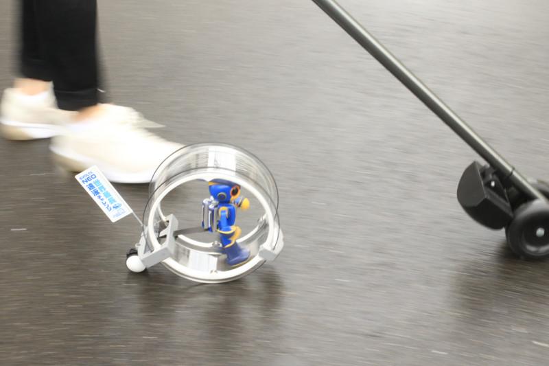 牽引チームのメンバーは、交代でコロコロを持ち、エボルタNEOくんを先導する。そう!彼はコロコロの赤外線を追従するように設計されているのだ!