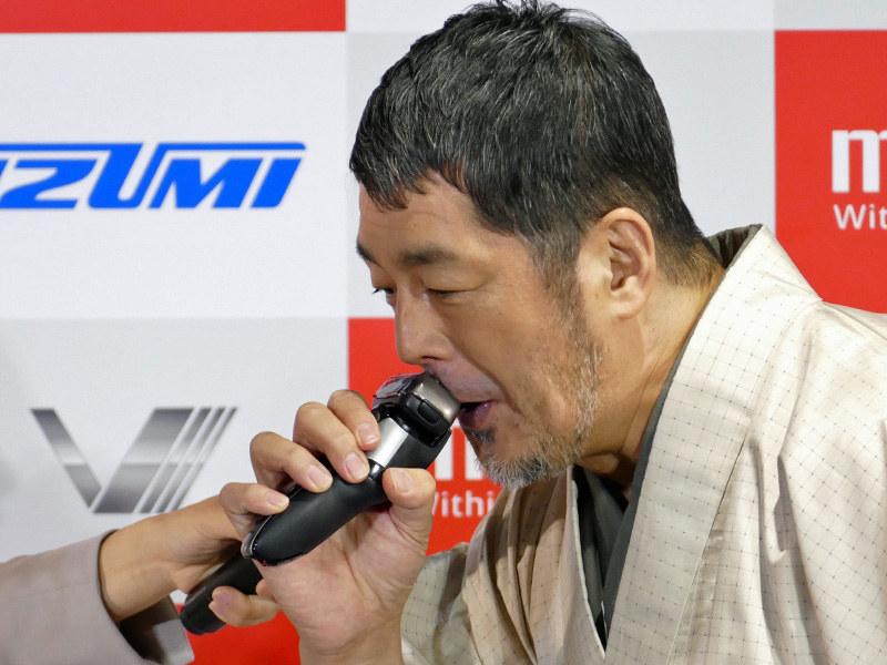 会場では髙田氏によるシェービングの実演も行なわれた。「早い!5枚刃でパワフルなのに、肌あたりが優しい!ほら、もうツルッツルで剃り残しも無いし、ヒリヒリもしない!」(髙田氏)