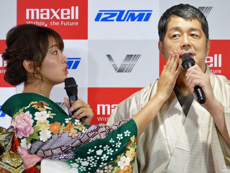 「すべすべで、高田さんの肌がモチモチしてる! おヒゲ姿も良かったけど、剃った方が、より男栄えしますねっ!」と頬に触れる稲村さん