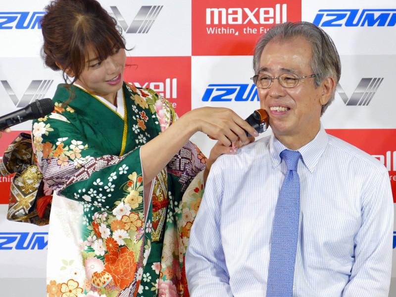 「初剃式(していしき)」と称して、稲村さんが志摩代表取締役社長のひげを剃るパフォーマンスも。「本当に剃れているのかわからないぐらい、滑らかなフィット感に驚きました」(稲村さん)」