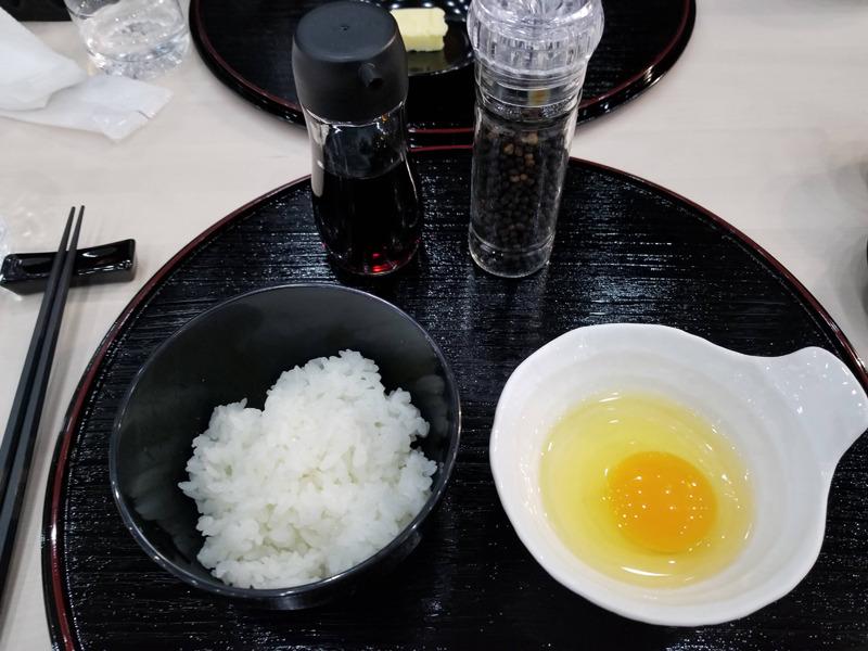 黒胡椒をトッピングした卵かけご飯も。卵のまろやかさとしゃっきりごはんが絶妙にマッチする