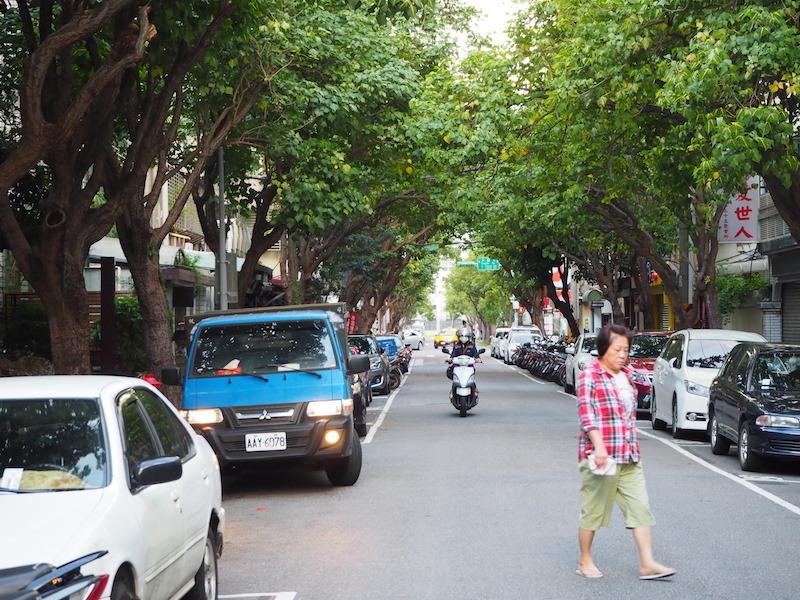 ショップは閑静な通りに面している