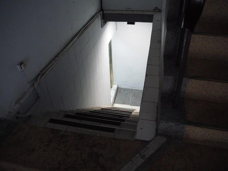 地下へとつづく階段を降りていくと……