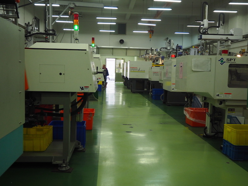 ビル内の製造スペースには、小型電動式射出成形機などがずらりと並ぶ