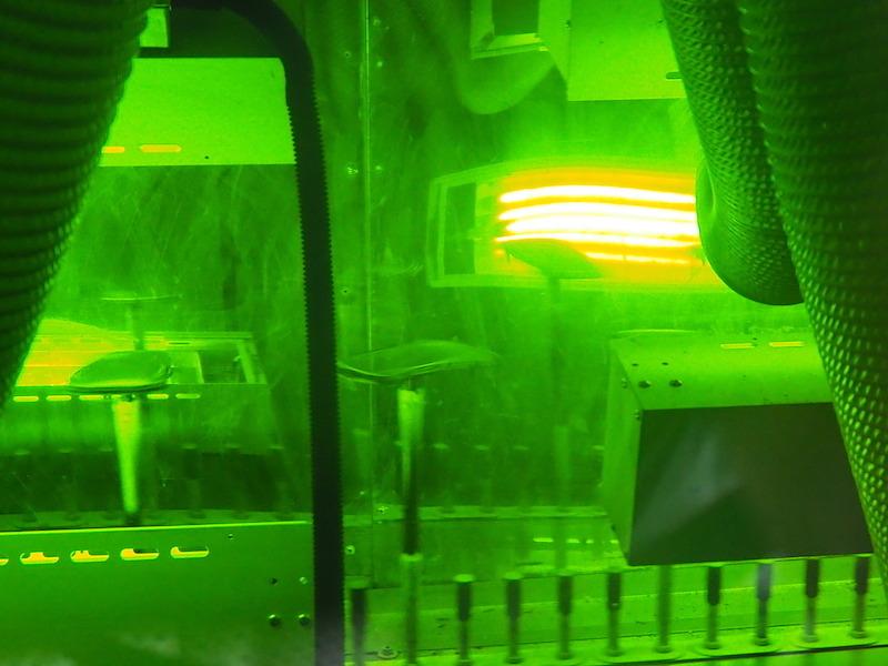 紫外線の照射で硬化するUV塗装を行なう