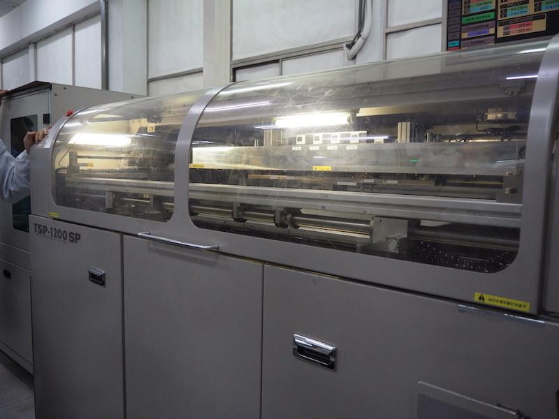 工場内には基盤製造用プリンターなどの機器が所狭しと並んでいた