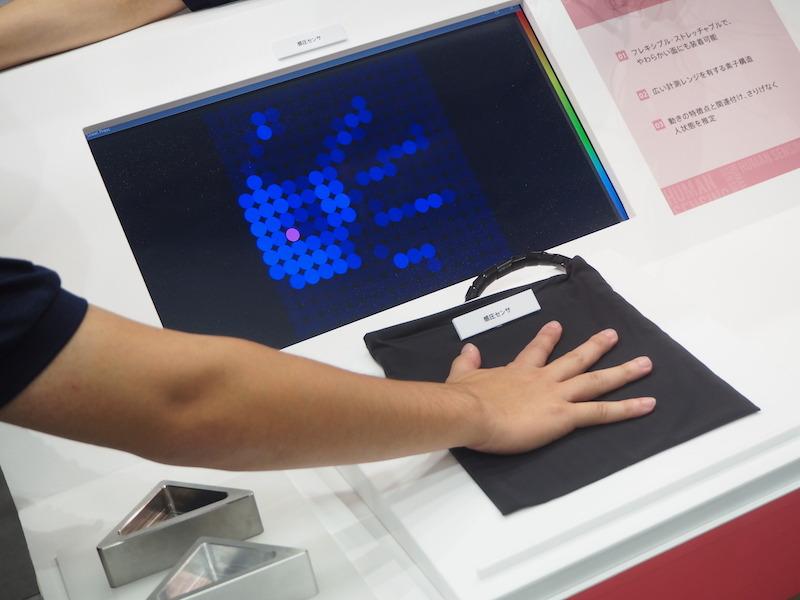 開発された感圧センサーは、布のように柔らかく、ソファの座面などにも装着できる