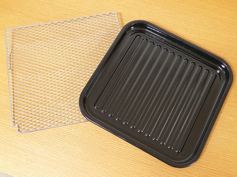 焼アミ(ネット)とホーロー加工の調理トレイが付属する。調理トレイの内寸は260×255×17mm(幅×奥行き×高さ)
