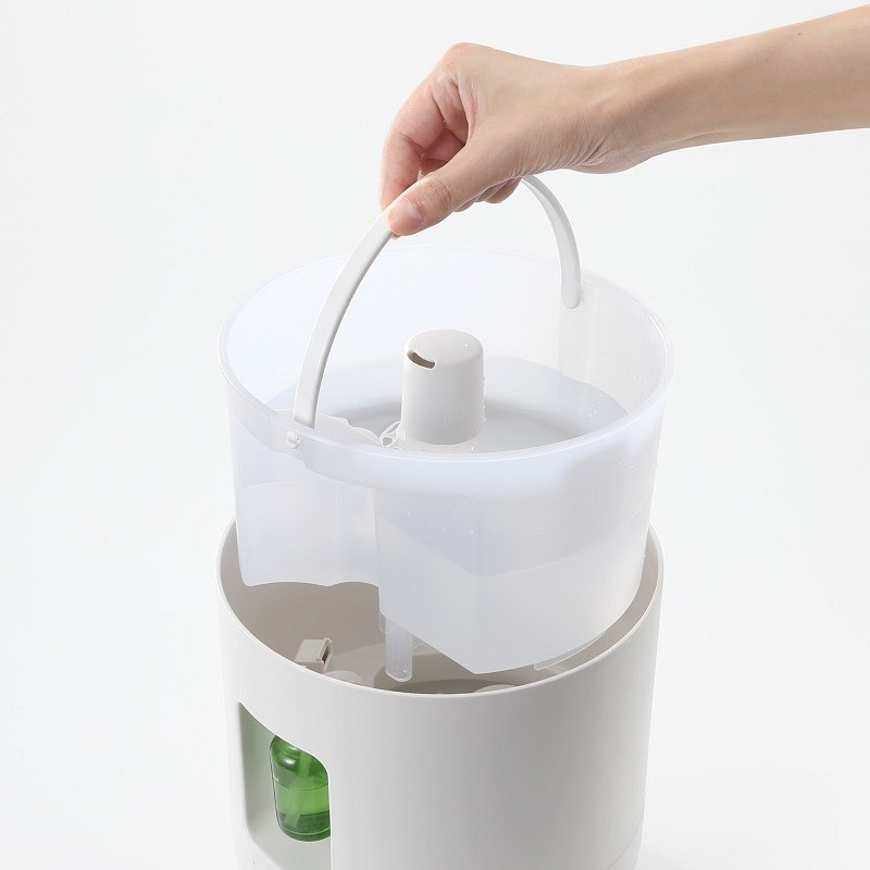 給水はバケツを外して行なうほか、フタを開けずに本体天面から継ぎ足すことも可能